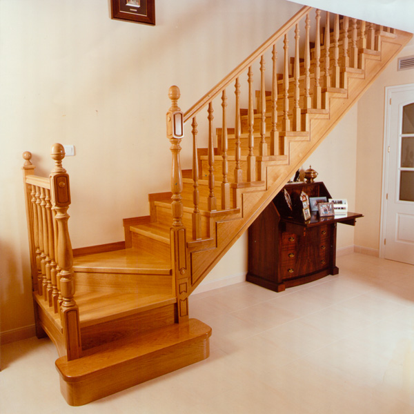 escalera en forma de l con estructura en madera maciza de roble zanca de cremallera con contrahuella y barandilla de madera con balaustres de madera - Escaleras Madera