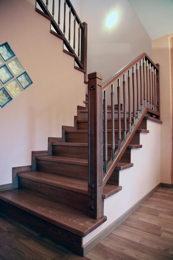 Torneados fuentespalda barandillas y escaleras de madera for Escaleras interiores de hierro