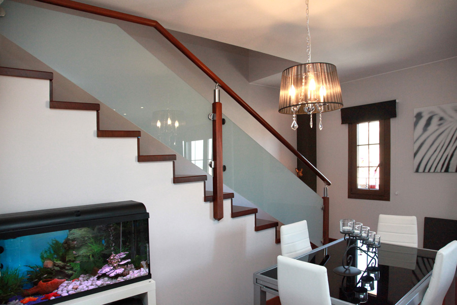 compartir with escaleras de cristal y madera