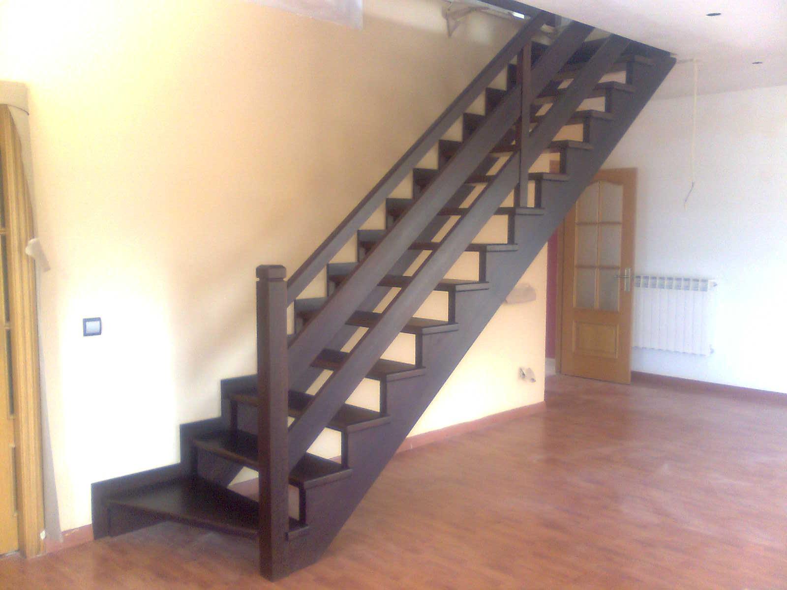 escalera recta en madera de iroco teida con barandilla de tablas horizontales - Escaleras Madera
